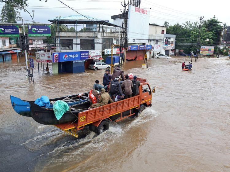 Des familles à travers le Kerala au milieu des pires inondations du siècle