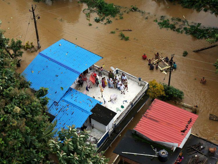 De nombreuses personnes ont été vues des toits d'immeubles en attente de sauvetage
