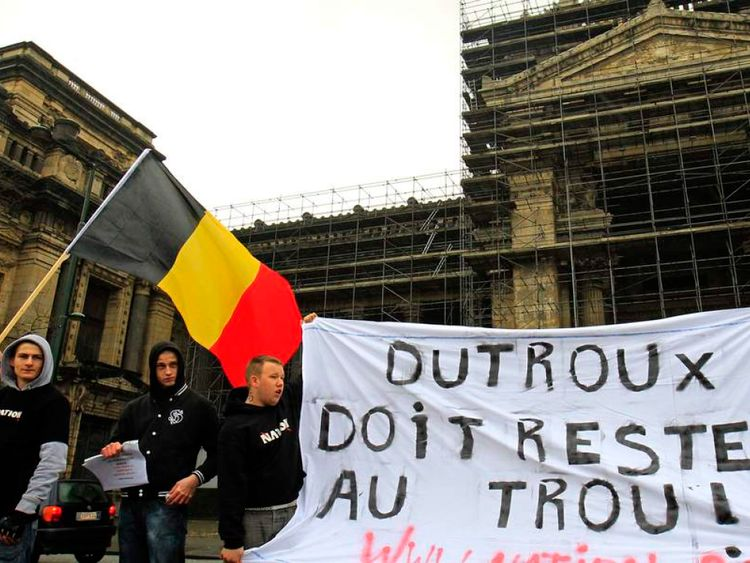 Des gens participent à une manifestation contre Detroux avant sa comparution en 2013