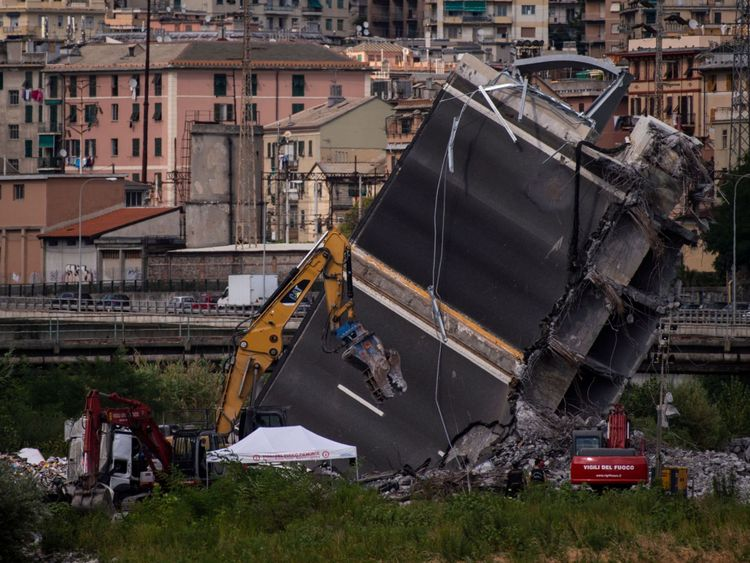 Les sauveteurs travaillent parmi les décombres du pont de l'autoroute de Morandi