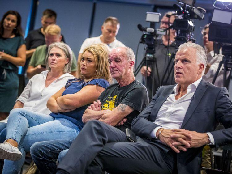 Le père de Nicky, Peter Verstappen (C), sa soeur Femke et sa mère Berthie Verstappen à la conférence de presse