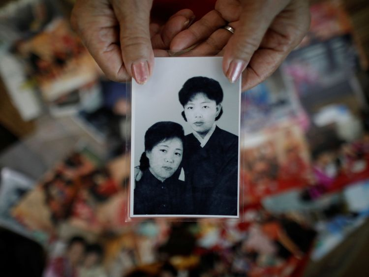 Kim Hyun-sook pose pour des photos avec une vieille photo montrant ses filles, lors d'une interview avec Reuters chez elle à Séoul, en Corée du Sud, le 2 août 2018. Photo prise le 2 août 2018. REUTERS / Kim Hong-Ji