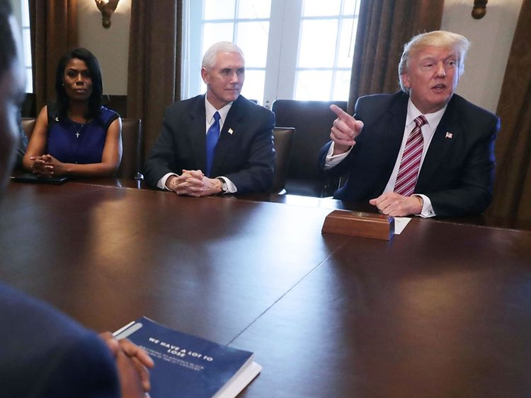 Omarosa Manigault Newman avec Donald Trump et Mike Pence