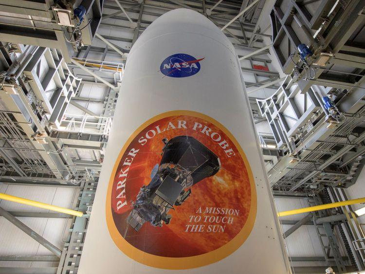 Le carénage de charge utile de fusée lourde Delta IV de United Launch Alliance est vu avec les emblèmes NASA et Parker Solar Probe, au complexe de lancement 37, à la base aérienne de Cape Canaveral. Pic: Bill Ingalls / NASA