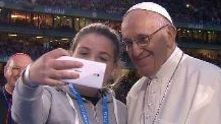 """Le Pape a accepté de poser pour un selfie lors de sa visite en Irlande """" e3.365dm.com/18/08/640x380/skynews-pope-francis-ireland_4401354.jpg?20180825221124 640w, https://e3.365dm.com/18/08/736x414/skynews-pope-francis-ireland_4401354.jpg ? 20180825221124 736w, https://e3.365dm.com/18/08/992x558/skynews-pope-francis-ireland_4401354.jpg?20180825221124 992w, https://e3.365dm.com/18/08/1096x616/skynews -pope-francis-ireland_4401354.jpg? 20180825221124 1096w, https://e3.365dm.com/18/08/1600x900/skynews-pope-francis-ireland_4401354.jpg?20180825221124 1600w, https://e3.365dm.com /18/08/1920x1080/skynews-pope-francis-ireland_4401354.jpg?20180825221124 1920w, https://e3.365dm.com/18/08/2048x1152/skynews-pope-francis-ireland_4401354.jpg?20180825221124 2048w """"tailles = """"(min-width: 900px) 992px, 100vw"""