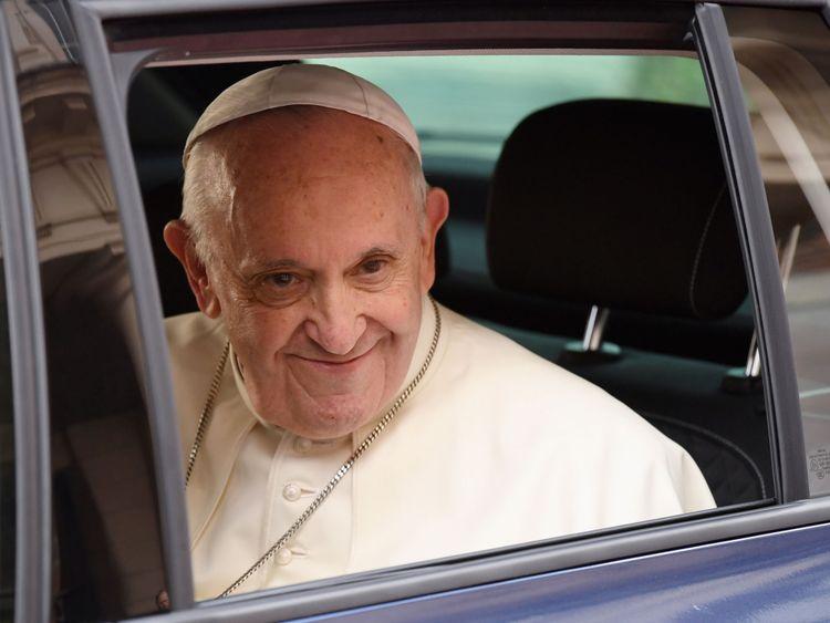 Le pape est arrivé au château de Dublin dans une modeste voiture Skoda