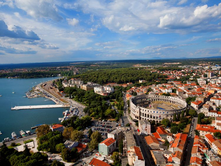 La femme est tombée du bateau de la côte de Pula en Croatie
