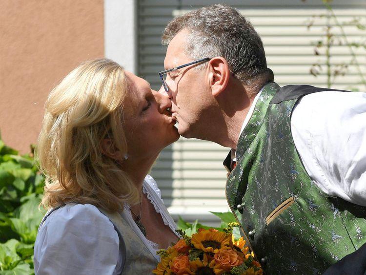 Mariée et le marié s'embrassent avant la cérémonie