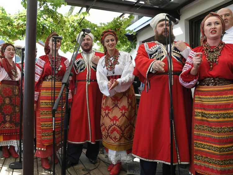 Une chorale traditionnelle de Don Cossack interprétée au mariage