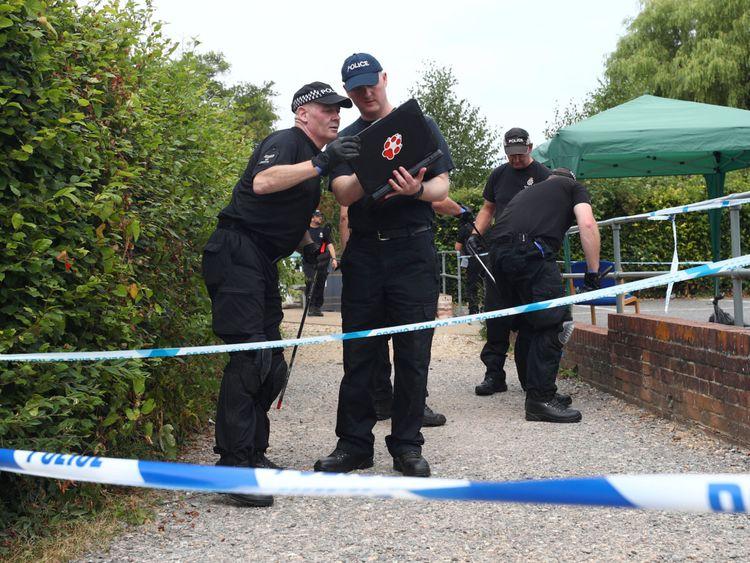 Des policiers fouillent les jardins Queen Elizabeth à Salisbury