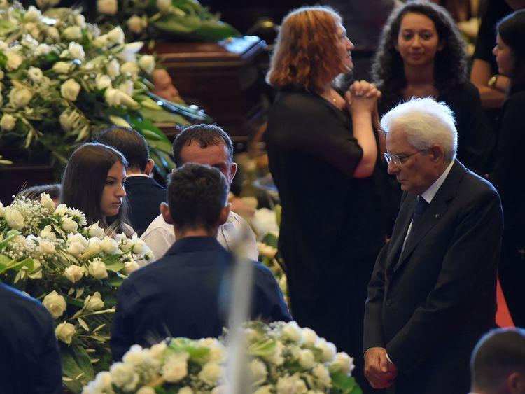 Le président italien Sergio Mattarella a été acclamé alors qu'il entrait dans les funérailles nationales où il s'est entretenu avec toutes les victimes. famille