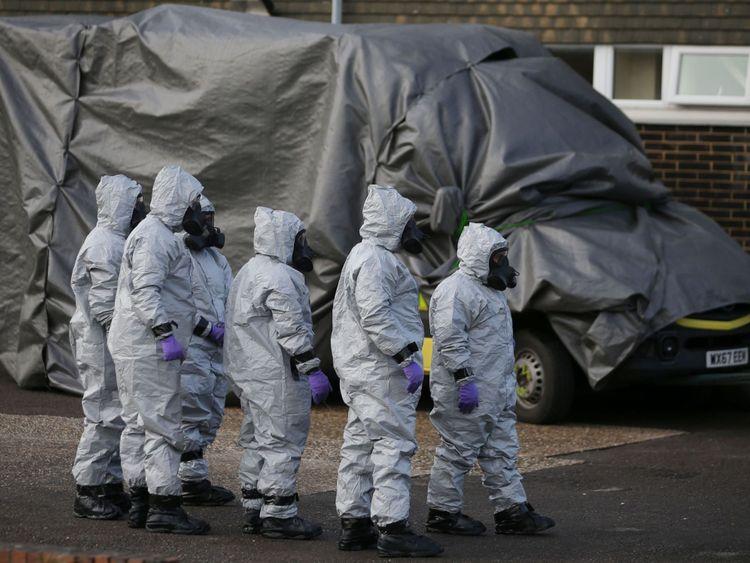Le 10 mars 2018, du personnel en combinaison de protection et équipement respiratoire recouvre une ambulance munie d'une bâche à l'hôpital du district de Salisbury, à Salisbury, dans le sud de l'Angleterre.