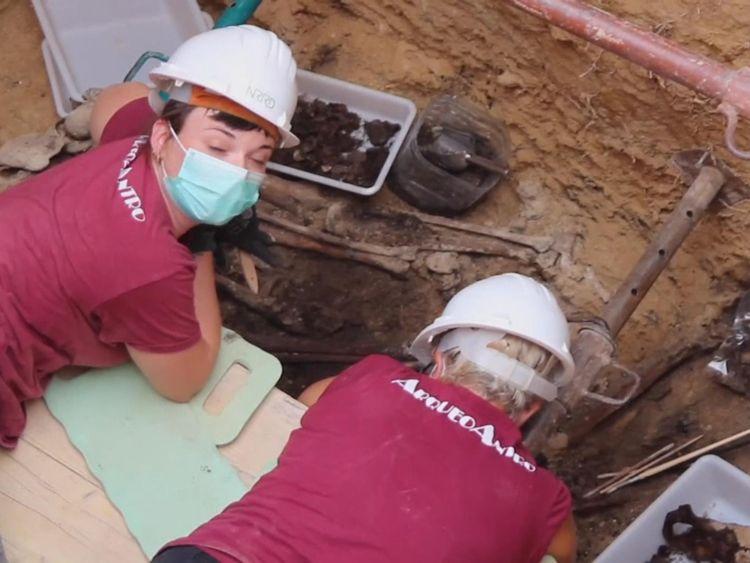 Les archéologues légistes de l'est de l'Espagne ont déterré les restes de quelques-unes des 100 personnes qui auraient été exécutées par le régime franquiste près de Valence à la fin de la guerre civile en Espagne, il ya huit décennies. - APTN