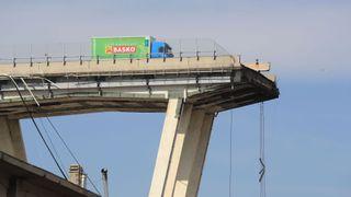 """Un camion s'est arrêté juste avant le pont effondré de Gênes """"srcset ="""" https://e3.365dm.com/18/08/320x180/skynews-truck-genoa-bridge_4392354.jpg?20180817113900 320w, https: // e3. 365dm.com/18/08/640x380/skynews-truck-genoa-bridge_4392354.jpg?20180817113900 640w, https://e3.365dm.com/18/08/736x414/skynews-truck-genoa-bridge_4392354.jpg?20180817113900 736w, https://e3.365dm.com/18/08/992x558/skynews-truck-genoa-bridge_4392354.jpg?20180817113900 992w, https://e3.365dm.com/18/08/1096x616/skynews-truck -genoa-bridge_4392354.jpg? 20180817113900 1096w, https://e3.365dm.com/18/08/1600x900/skynews-truck-genoa-bridge_4392354.jpg?20180817113900 1600w, https://e3.365dm.com/18 /08/1920x1080/skynews-truck-genoa-bridge_4392354.jpg?20180817113900 1920w, https://e3.365dm.com/18/08/2048x1152/skynews-truck-genoa-bridge_4392354.jpg?20180817113900 2048w """"tailles ="""" (min-width: 900px) 992px, 100vw"""