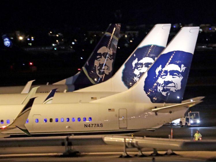 """Des avions de la compagnie Alaska Airlines sont assis sur le tarmac de l'aéroport international de Sea-Tac vendredi 10 août 2018 à SeaTac, Washington. Les responsables de l'aéroport international de Sea-Tac déclarent qu'un avion de la compagnie aérienne Etat de Washington. Les représentants de l'aéroport ont déclaré dans un tweet vendredi soir qu'un employé de la compagnie aérienne """"a effectué un décollage non autorisé sans passagers"""". (AP Photo / Elaine Thompson)"""