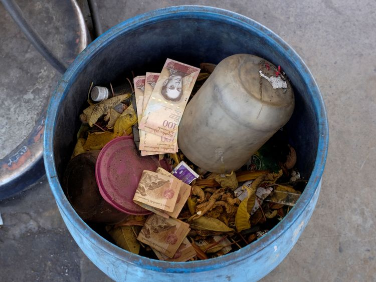 Les gens ont jeté de vieilles notes de bolivar comme ils ne valent rien