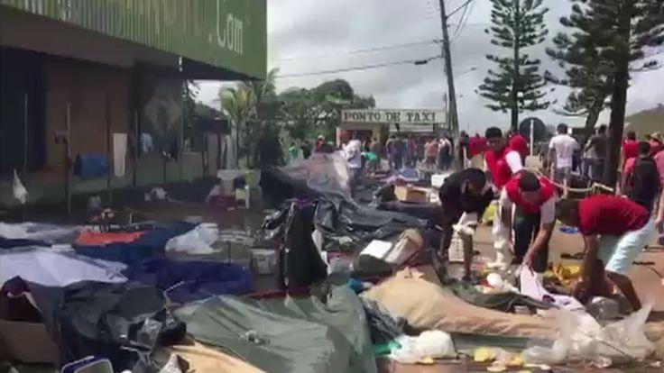 Les habitants de la ville frontalière brésilienne de Pacaraima détruisent les biens des immigrants vénézuéliens lors d'une attaque dans leurs deux principaux camps de fortune
