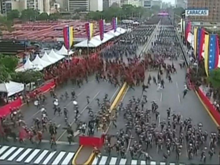 Les lignes des soldats de la Garde nationale ont rompu le rang alors que les drones explosaient à Caracas