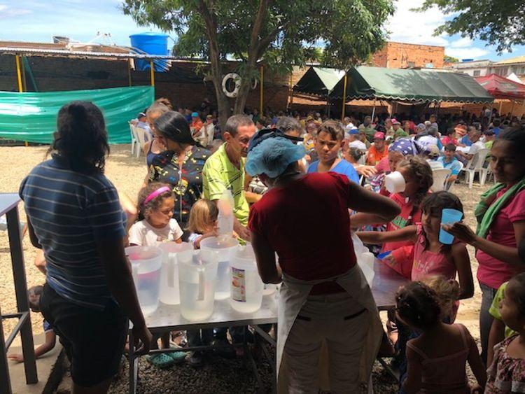 Les familles se rassemblent dans la ville colombienne de Cucuta