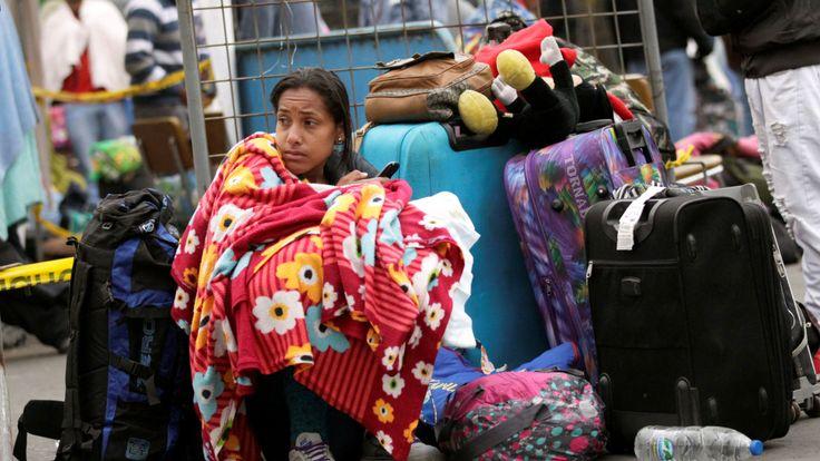 Un migrant vénézuélien fait la queue pour enregistrer son entrée en Equateur, au pont international de Rumichaca