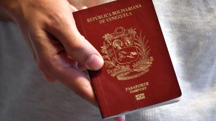 Un citoyen vénézuélien montre son passeport à Montevideo