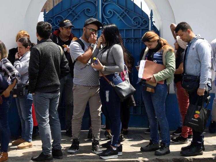 Des migrants vénézuéliens font la queue devant le bureau de l'immigration à Lima, au Pérou
