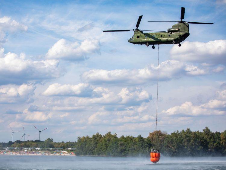 Un hélicoptère a vu l'eau collecter dans un lac pour combattre des feux de forêt près de Straelen, dans l'ouest de l'Allemagne. Il a culminé à 33 ° C (91,4 ° F) aujourd'hui.