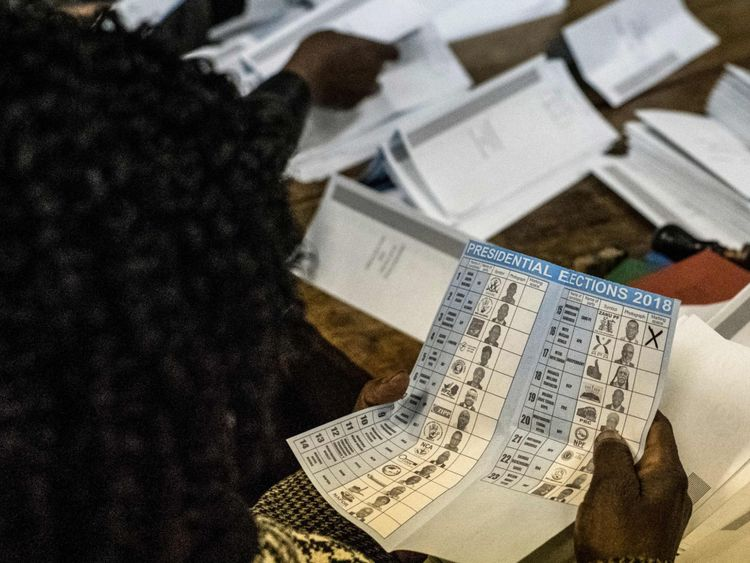 Les responsables électoraux décrivent les candidats présidentiels bulletins de vote pendant le comptage