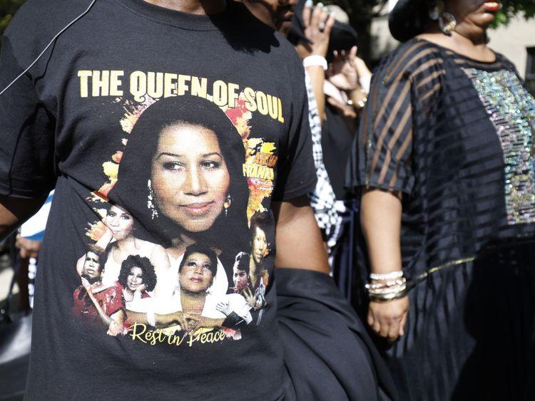 Les fans d'Aretha Franklin alignés devant le temple de Grace Plus dans l'espoir d'avoir une place à l'intérieur