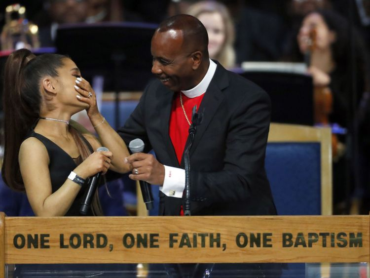 Ariana et Bishop Ellis se marrent après sa performance