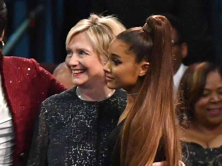 Ariana Grande et Hilary Clinton posent pour une photo avant les funérailles