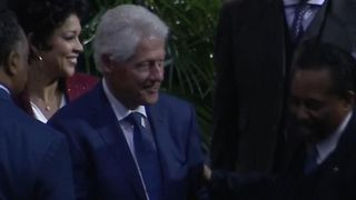 "Les Clinton arrivent avant le discours aux funérailles d'Aretha ""srcset ="" https://e3.365dm.com/18/08/320x180/skynews-bill-clinton-hillary-clinton_4407071.jpg?20180831170452 320w , https://e3.365dm.com/18/08/640x380/skynews-bill-clinton-hillary-clinton_4407071.jpg?20180831170452 640w, https://e3.365dm.com/18/08/736x414/skynews- bill-clinton-hillary-clinton_4407071.jpg? 20180831170452 736w, https://e3.365dm.com/18/08/992x558/skynews-bill-clinton-hillary-clinton_4407071.jpg?20180831170452 992w, https: // e3. 365dm.com/18/08/1096x616/skynews-bill-clinton-hillary-clinton_4407071.jpg?20180831170452 1096w, https://e3.365dm.com/18/08/1600x900/skynews-bill-clinton-hillary-clinton_4407071 .jpg? 20180831170452 1600w, https://e3.365dm.com/18/08/1920x1080/skynews-bill-clinton-hillary-clinton_4407071.jpg?20180831170452 1920w, https://e3.365dm.com/18/08 /2048x1152/skynews-bill-clinton-hillary-clinton_4407071.jpg?20180831170452 2048w ""size ="" (min-width: 900px) 992px, 100vw"