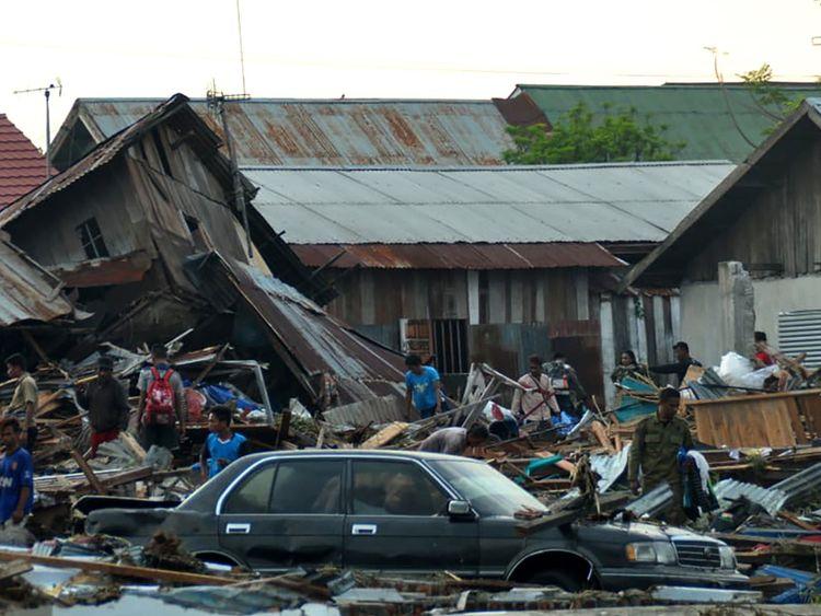 Les agences humanitaires ont du mal à atteindre les régions touchées par le tsunami et le tremblement de terre en Indonésie.