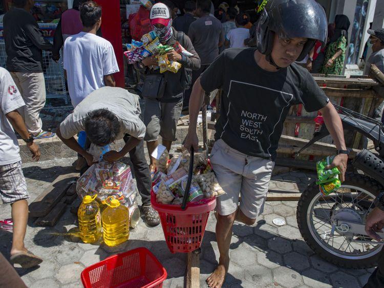 Les gens pillent un dépanneur à Palu
