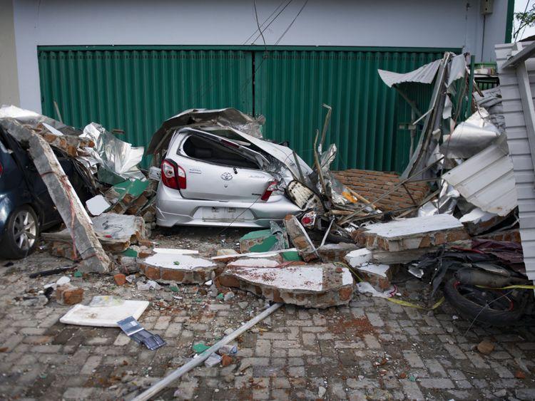 Une voiture endommagée suite au tsunami et au tremblement de terre à Palu