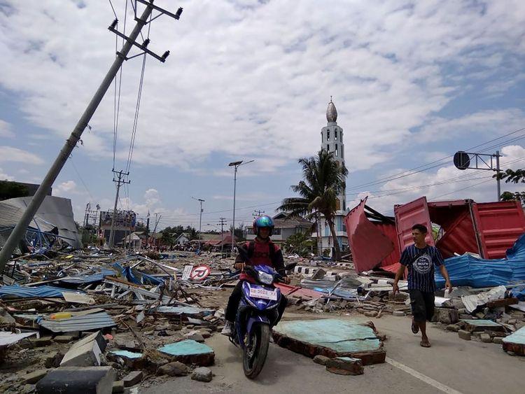 Une rue pleine de débris après un tremblement de terre et un tsunami ont frappé Palu, sur l'île de Sulawesi