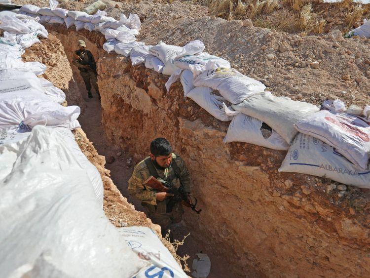 Les forces rebelles ont construit des tranchées en préparation d'une offensive gouvernementale