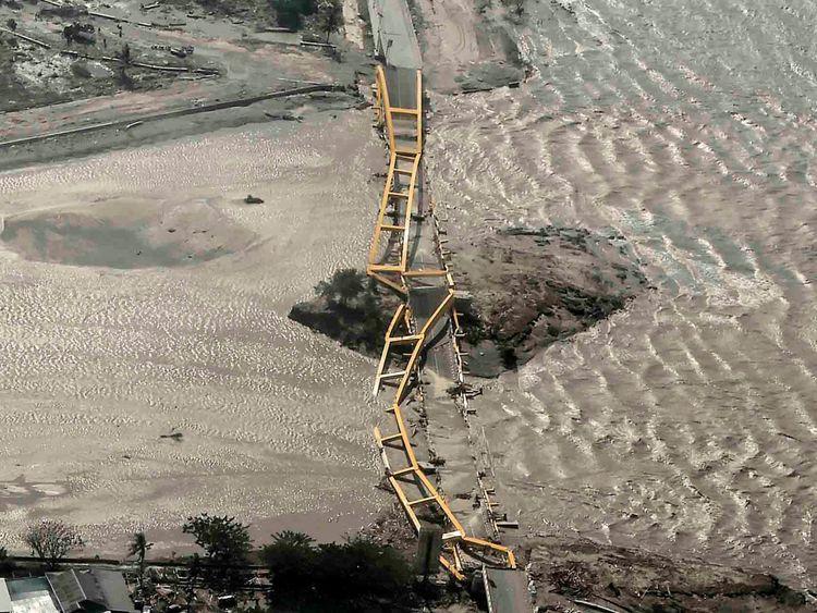 Une vue aérienne montre un pont endommagé par un tremblement de terre et un tsunami à Palu