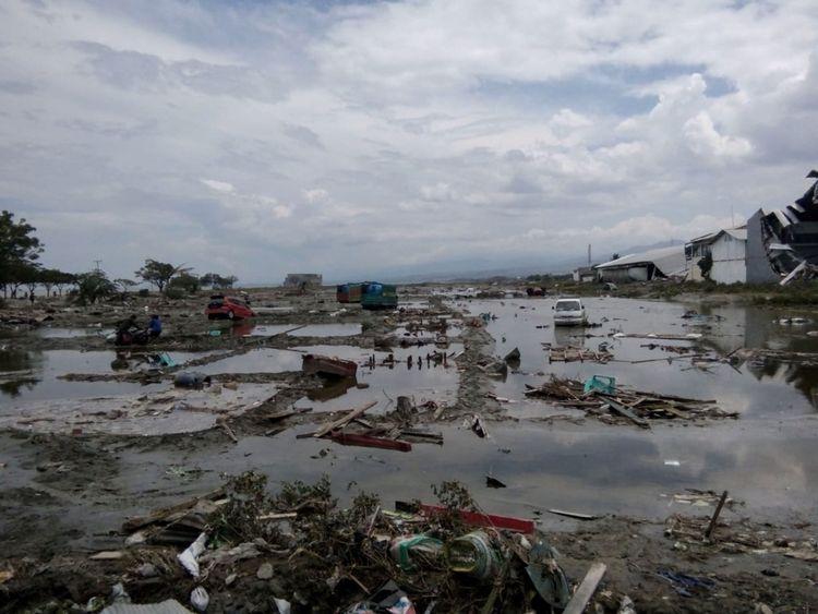 Les ruines de voitures vues après le tsunami à Palu
