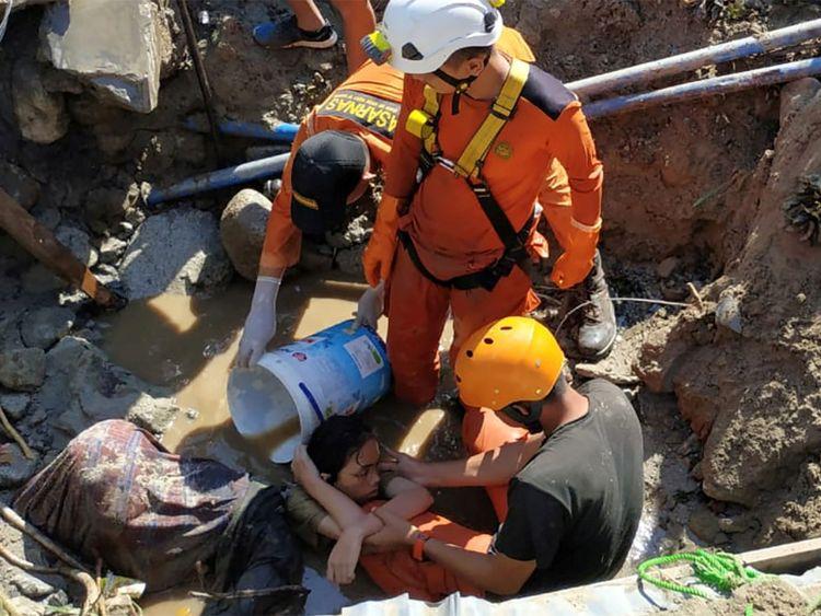 Des agents de recherche et de sauvetage aident à sauver une personne piégée dans les décombres suite à la catastrophe