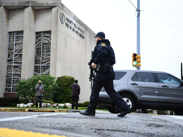 La police patrouille devant la synagogue Tree of Life à Pittsburgh