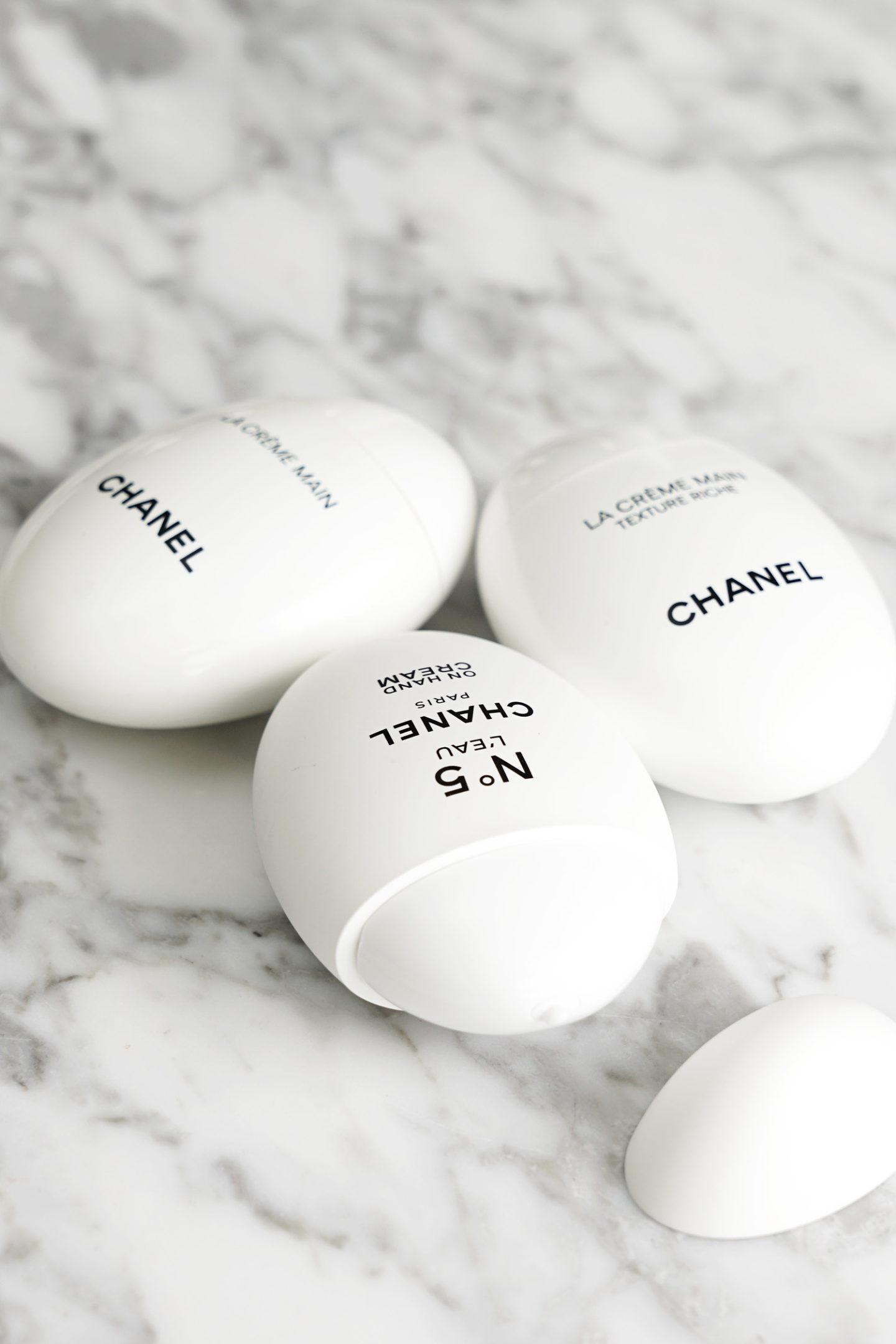"""Examen de la crème pour les mains Chanel """"width ="""" 1080 """"height ="""" 1619 """"srcset ="""" http://thebeautylookbook.com/wp-content/uploads/2018/10/Chanel-Hand-Cream-review-packaging-beautylookbook-1440x2159. jpg 1440w, http://thebeautylookbook.com/wp-content/uploads/2018/10/Chanel-Hand-Cream-review-packaging-beautylookbook-800x1199.jpg 800w, http://thebeautylookbook.com/wp-content/ uploads / 2018/10 / Chanel-Crème-main-revue-packaging-beautylookbook-67x100.jpg 67w, http://thebeautylookbook.com/wp-content/uploads/2018/10/Chanel-Hand-Cream-review-packaging -beautylookbook-1080x1619.jpg 1080w, http://thebeautylookbook.com/wp-content/uploads/2018/10/Chanel-Hand-Cream-review-packaging-beautylookbook.jpg 1500w """"tailles ="""" (largeur maximale: 1080px ) 100vw, 1080px """"data-jpibfi-post-excerpt ="""" Chanel Crème pour les mains Révision des trois formules La Creme Main, le nouveau Texture Riche et le parfumé No 5 L'Eau. """"Data-jpibfi-post-url ="""" http: //thebeautylookbook.com/2018/10/chanel-hand-cream-review-la-creme-main-texture-riche-and-no-5-leau.html """"data-jpibfi- post-title = """"Critique de la crème pour les mains Chanel: La Crème principale, Texture Riche et No 5 L'Eau"""" data-jpibfi-src = """"http://thebeautylookbook.com/wp-content/uploads/2018/10/Chanel- Hand-Cream-review-packaging-beautylookbook-1440x2159.jpg """"/></p> <p style="""