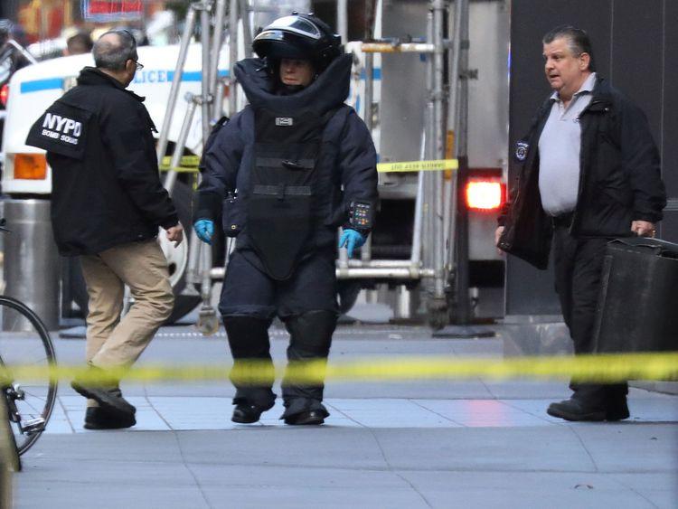 TX6GCDE24 Octobre 2018New York, ÉTATS-UNISUn membre de la brigade anti-bombes du département de police de New York est photographié devant le Time Warner Center dans le quartier Manahattan de New York après la découverte d'un colis suspect au siège de CNN à New York, États-Unis, le 24 octobre. , 2018. REUTERS / Kevin Coombs