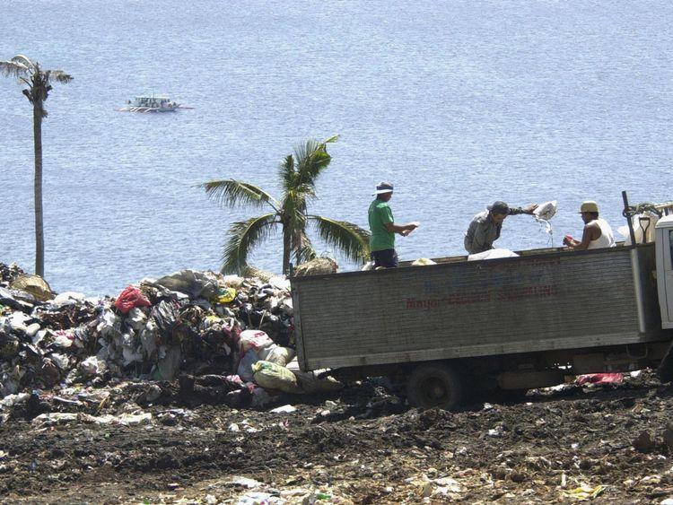 Déchets sur une colline dans l'île de Boracay, dans le centre des Philippines