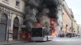 """Un bus s'enflamme à Rome """"srcset ="""" https://e3.365dm.com/18/05/320x180/skynews-bus-burning-fire-fire-4303884.jpg?20180508122351 320w, https://e3.365dm.com /18/05/640x380/skynews-bus-burning-fire-fire-rome_4303884.jpg?20180508122351 640w, https://e3.365dm.com/18/05/736x414/skynews-bus-burning-fire-rome-4303884.jpg? 20180508122351 736w, https://e3.365dm.com/18/05/992x558/skynews-bus-burning-fire-4303884.jpg?20180508122351 992w, https://e3.365dm.com/18/05/1096x616/ skynews-bus-burning-fire-rome_4303884.jpg? 20180508122351 1096w, https://e3.365dm.com/18/05/1600x900/skynews-bus-burning-fire-fire-rome_4303884.jpg?20180508122351 1600w, https: e3.365dm.com/18/05/1920x1080/skynews-bus-burning-fire-fire-rome_4303884.jpg?20180508122351 1920w, https://e3.365dm.com/18/05/2048x1152/skynews-bus-burning-fire -rome_4303884.jpg? 20180508122351 2048w """"tailles ="""" (largeur minimale: 900px) 992px, 100vw"""