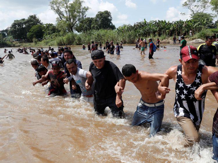 Une autre caravane de migrants a traversé le fleuve Suchiate entre le Guatemala et le Mexique