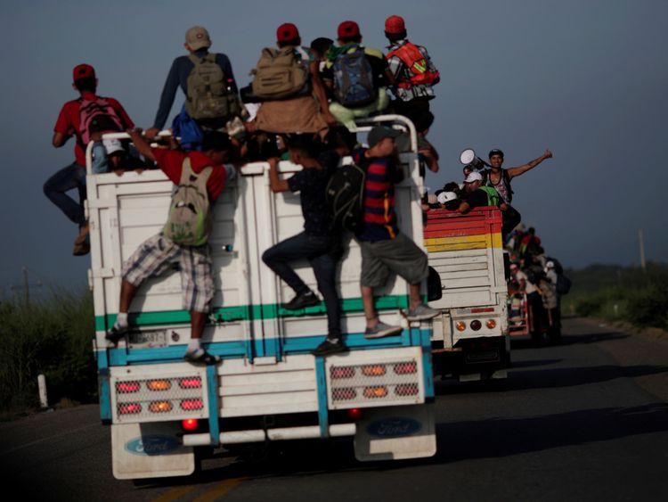 Des migrants en auto-stop sur un camion en provenance de San Pedro Tapanatepec à Oaxaca, dans le sud du Mexique
