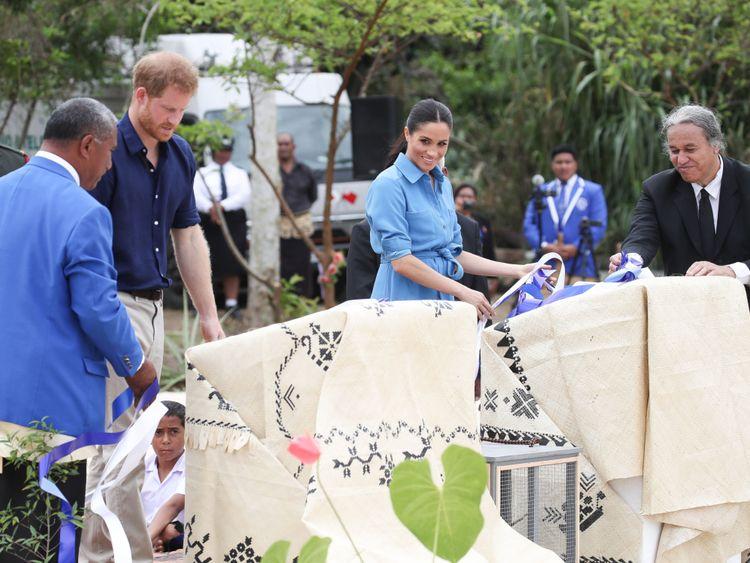 Le couple dévoilant le baldaquin du Commonwealth de la Reine