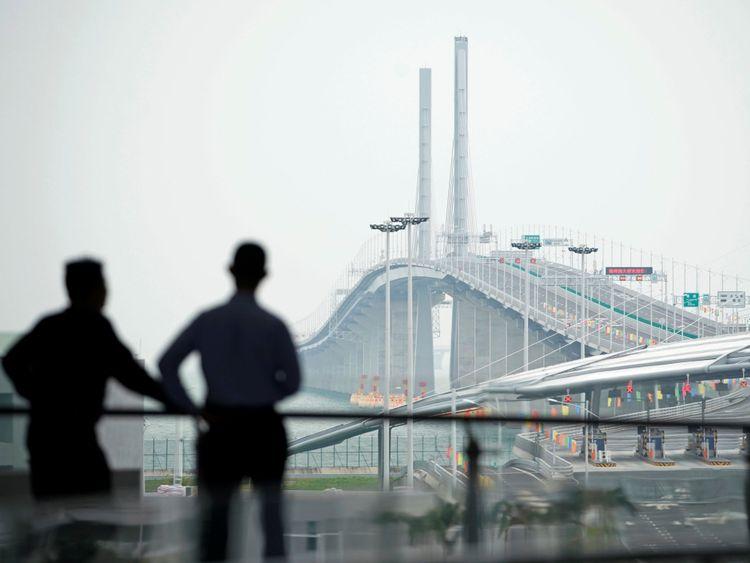 Le pont de 34 km (55 km) est en construction depuis neuf ans.