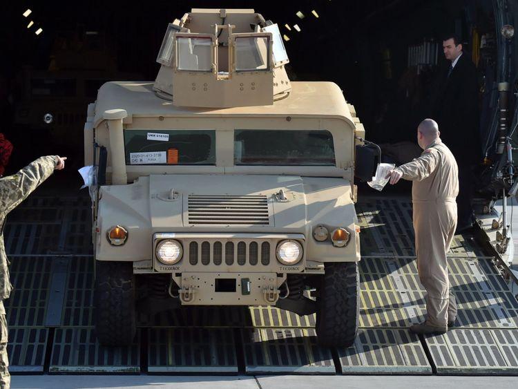 Un Humvee est déchargé d'un avion militaire